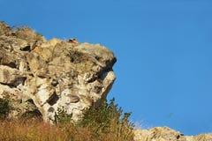 Vagga bergklippan i solig dag för sommar royaltyfri fotografi