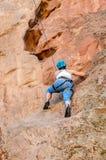 Vagga bergsbestigaren som tar klättringleasons Arkivbilder