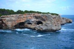 Vagga bildande för att klättra på stranden och Cala D 'eller staden, Palma Mallorca Island, Spanien för Cala Sa Nau arkivfoton