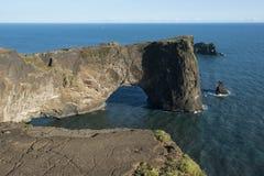 Vagga bildande i havet, Dyrholaey vaggar bågen, Island Royaltyfri Bild