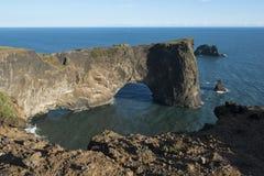 Vagga bildande i havet, Dyrholaey vaggar bågen, södra Island Royaltyfri Fotografi