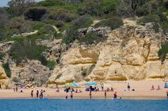 Vagga bildande och sätta på land på den Algarve kusten, Portugal Arkivfoton