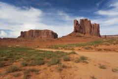 Vagga bildande på en solig blå dag i monumentdalen, Amerika Arkivfoto