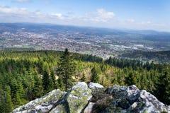 Vagga bildande på Jested berget, Liberec i bakgrund, Tjeckien Arkivbilder