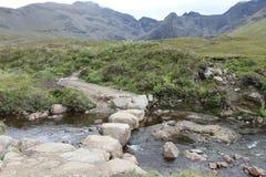 Vagga bron över en ström på den felika tipsen, ön av Skye, Sc Arkivbilder