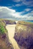 Vagga bunten på den sandiga stranden på Gwithian royaltyfria foton