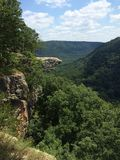 Vagga Cliff Over Rollinget Hills Royaltyfri Foto