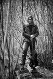 Vagga den utomhus- gitarristen En musiker med en elbas i en leath Arkivbilder