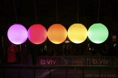 Vagga färgade orbs av ljus kinetisk energi Arkivbild
