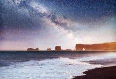 Vagga fiska med drag i tår Reynisdrangar klippor svart sand för strand iceland arkivfoto