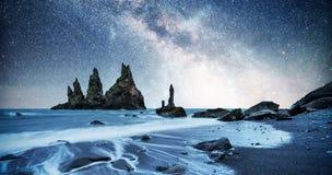 Vagga fiska med drag i tår Reynisdrangar klippor svart sand för strand iceland royaltyfria foton