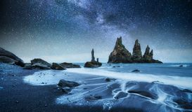 Vagga fiska med drag i tår Reynisdrangar klippor svart sand för strand iceland arkivfoton