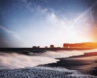 Vagga fiska med drag i tår Reynisdrangar klippor svart sand för strand iceland Fantastisk stjärnklar himmel och den mjölkaktiga v royaltyfri foto