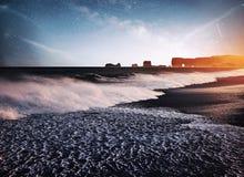 Vagga fiska med drag i tår Reynisdrangar klippor svart sand för strand iceland Fantastisk stjärnklar himmel och den mjölkaktiga v royaltyfri bild