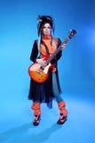 Vagga flickan som poserar med att spela för elektrisk gitarr, hård-vaggar  Fotografering för Bildbyråer