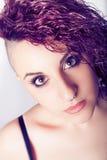 Vagga frisyren för den unga kvinnan, sminkpunkrockflicka arkivfoto