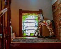 Vagga hästen i fönstret arkivfoto