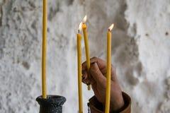 Vagga-högg ut kyrkor av Ivanovo, handen och stearinljus arkivbild