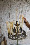 Vagga-högg ut kyrkor av Ivanovo, handen och stearinljus royaltyfria bilder
