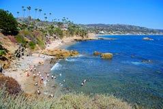 Vagga högstranden nedanför Heisler parkerar, Laguna Beach, Arkivbilder