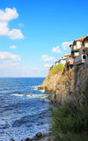Vagga huset som hänger över havet Arkivbild