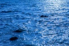 Vagga i havet Havsvågor kraschar på en vagga i havet Vagga på Royaltyfria Foton