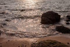 Vagga i havet Havsvågor kraschar på en vagga i havet Arkivfoto