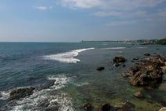 Vagga i havet Solnedgångskepp Pamoramic sikt Sri Lanka royaltyfri foto
