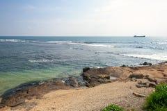 Vagga i havet Solnedgångskepp Pamoramic sikt Sri Lanka arkivfoto