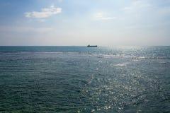 Vagga i havet Solnedgångskepp Pamoramic sikt Sri Lanka royaltyfri bild