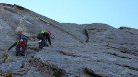 Vagga klättrare på en berömd klättringrutt i de schweiziska fjällängarna royaltyfri fotografi