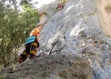 Vagga klättrare på klippan arkivbilder