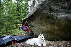 Vagga klättrareflickan på en stenblock Extrem sportklättring Frihet arkivbild