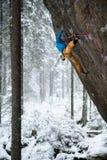 Vagga klättrareklättringen i härligt stenigt område Begrepp för vinteraffärsföretagsport Extrem aktivitet royaltyfri fotografi