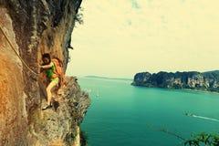 Vagga klättrareklättringen på sjösidabergklippan royaltyfri bild