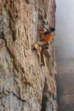 Vagga klättraren på en utmanande stigning klättra extreme fotografering för bildbyråer
