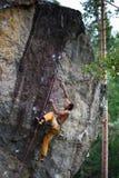 Vagga klättraren på en utmanande stigning klättra extreme Skandinavisk natur arkivfoto