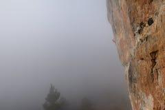 Vagga klättraren på en utmanande stigning klättra extreme Unika sportar arkivbilder