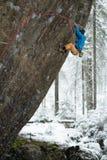 Vagga klättraren på en utmanande stigning klättra extreme Unika vintersportar Skandinavisk natur fotografering för bildbyråer