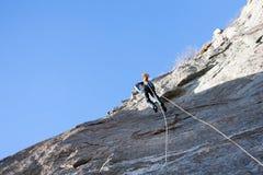 Vagga klättraren som abseiling av en klättring Arkivfoton