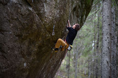 Vagga klättraren som stiger en utmanande klippa Extrem sportklättring Frihet risk, utmaning, framgång arkivfoto