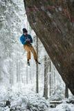 Vagga klättraren som stiger en utmanande klippa Extrem sportklättring Frihet risk, utmaning, framgång royaltyfri fotografi