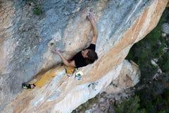 Vagga klättraren som stiger en utmanande klippa Extrem sportklättring Frihet risk, utmaning, framgång Sport och aktiv livstid royaltyfria bilder