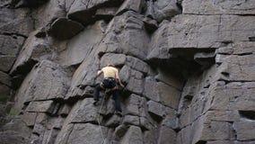 Vagga klättrareräckviddöverkanten arkivfilmer