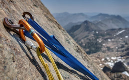 Vagga klättringankaret och bultar med bergutsikt arkivbild