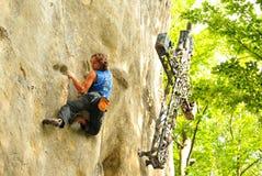 Vagga klättringen i Carpathian berg Royaltyfri Foto