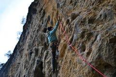 Vagga klättringen i Yangshuo, Guilin, Guangxi, Kina royaltyfria foton
