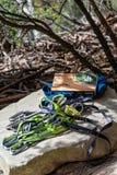 Vagga klättringutrustning, och klättra resehandboken som läggas ut på, vagga på väggar Ledge Blackheath royaltyfria foton