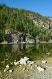 Vagga klippor reflekterade i krona sjön, F. KR. Arkivfoton