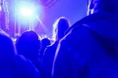Vagga konserten, den onstage som folkmassan är suddig Royaltyfri Fotografi